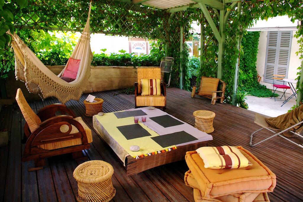 Terrasse avec pergola pour farniente, petits repas en amoureux ou solitaires ou encore séances de relaxation !