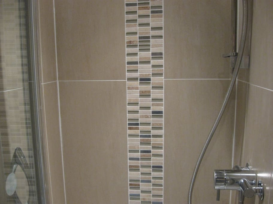 Porcelain tiling and travertine mosaic