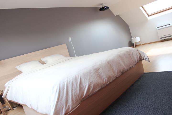 Slaapkamer met zitgedeelte nabij station & centrum