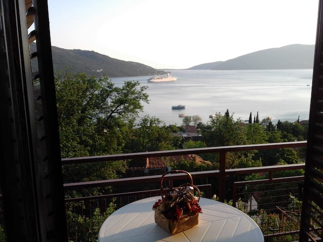 The Bella Vista breathtaking sea view apartment - Kumbor - Casa