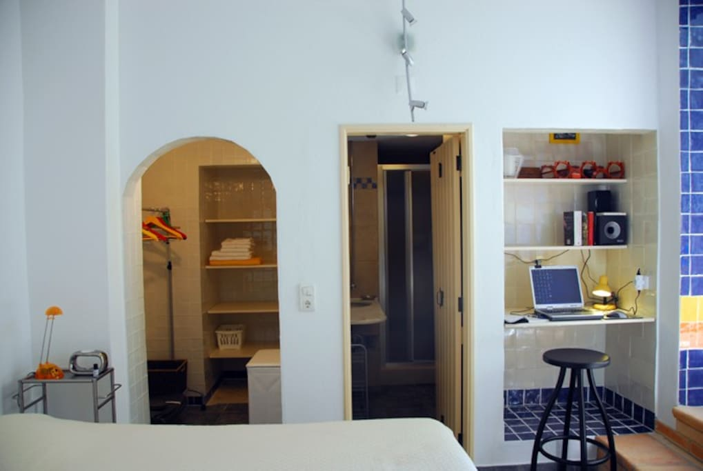 Slaapkamer met goed tweepersoonsbed, inloopkast, badkamer met douche en werkhoekje.