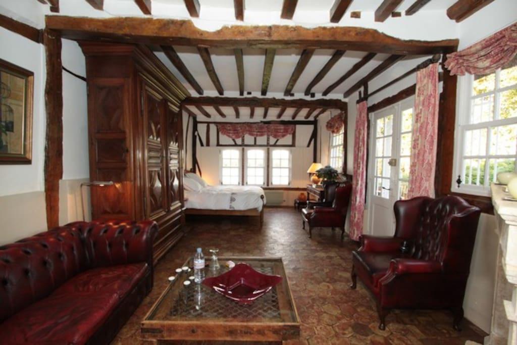 La vaste Suite Bellevue, avec son coin salon avec cheminée et sa vue directe sur la Seine