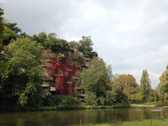 Jardin des Buttes-Chaumont. 25 hectares qui s'étendent devant l'immeuble