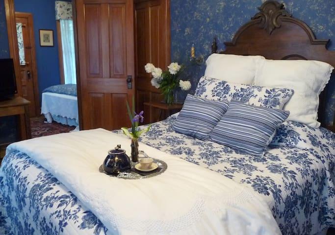 Cobalt Suite - Amethyst Inn