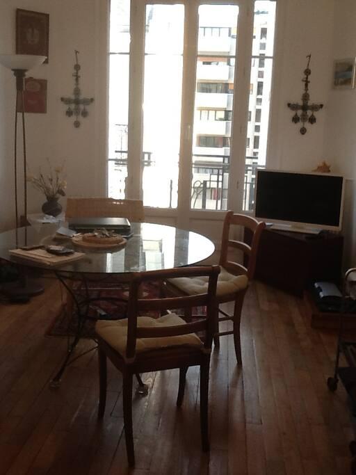 salon, avec fenêtre et télé