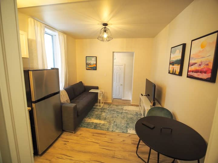 Private suite - Modern downtown studio *new reno*