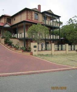 Dunedin Mansion in Samson - Vila