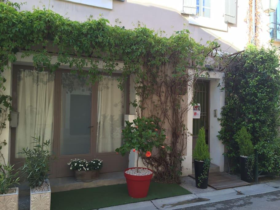 La façade de la maison donnant sur la rue