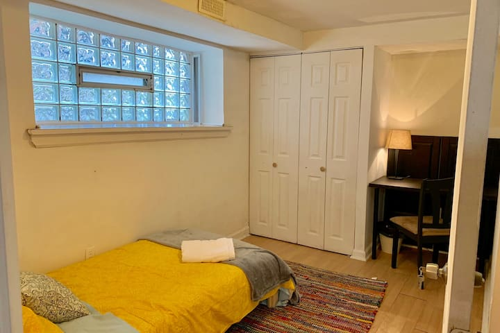 Minimalist's cozy space, 1 stop to Center City