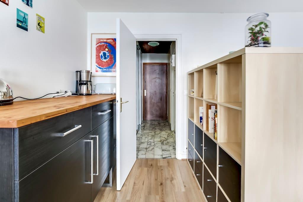 Couloir et porte d'entrée// Hallway and  flat door