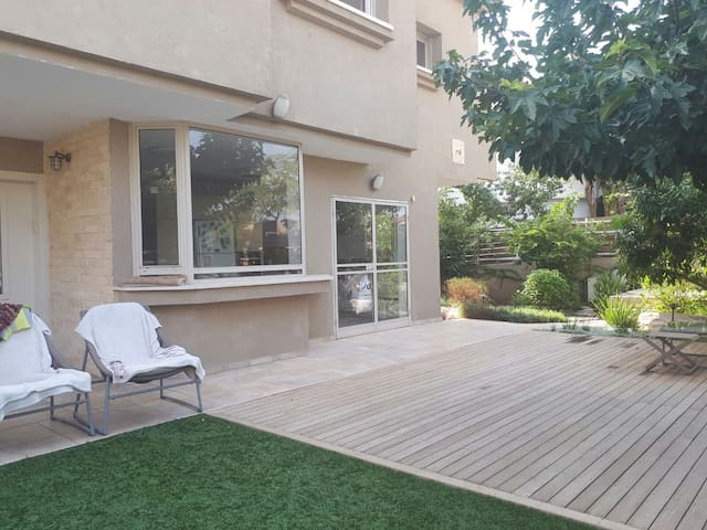 AMAIZING location! 7 min from the airport!