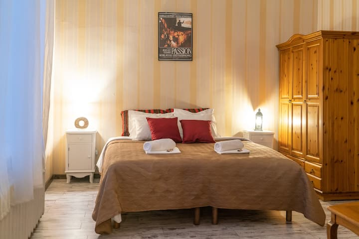 Romantic suite with bathtub right in the bedroom