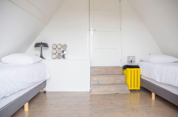 slaapkamer met 2 éénpersoons boxspring bedden kan als tweepersoons bed opgemaakt worden