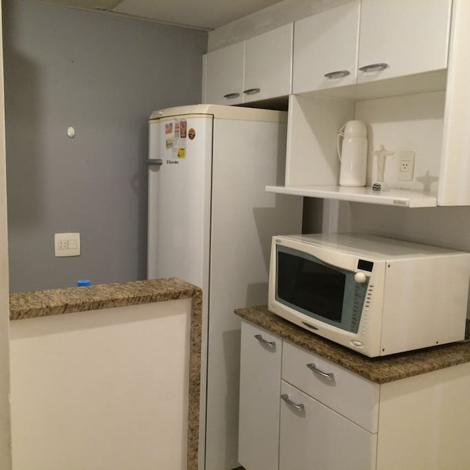 Cozinhas c/ geladeira e microondas