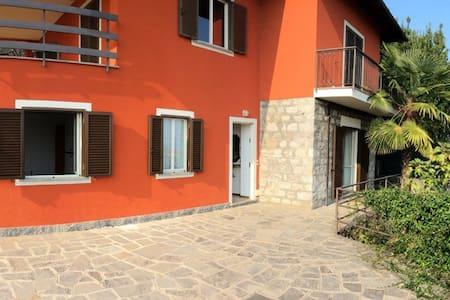 Casa Rossa on the Lake  - Lesa - Hus