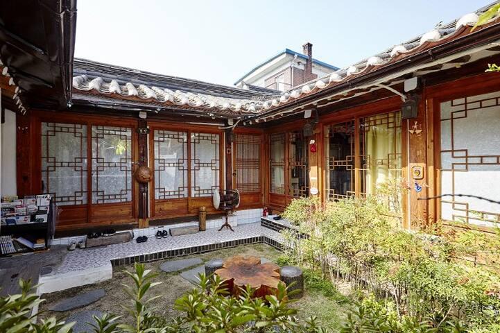 Hanok Grass Room: Private room&bath, lovely garden