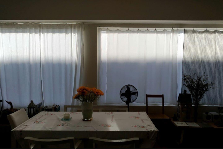 早晨,太陽漸漸把整個客廳點亮,是最魔幻的時光。  Sun rising is the most magical moment in our tranquil living room.