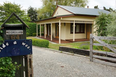 Bide-a-wee (stay a while) cottage - Waikouaiti