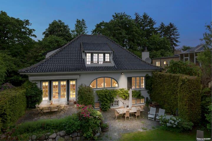 Spacious 350m2 family home