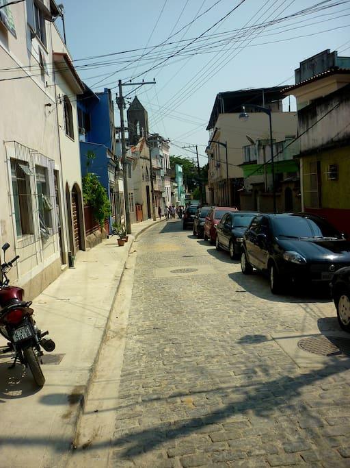 Nuestra calle, la principal del barrio.