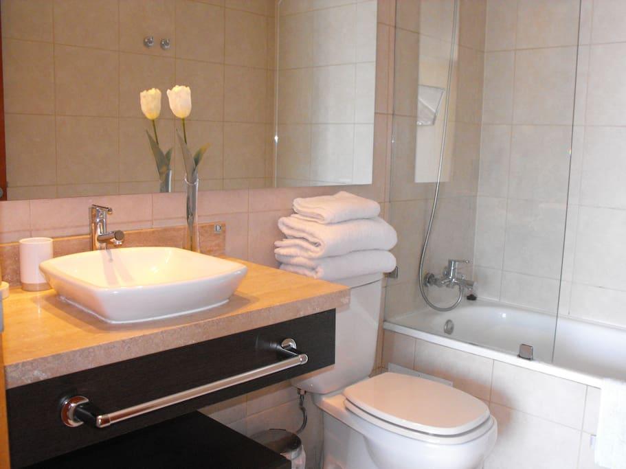 Toallas, piso de baño
