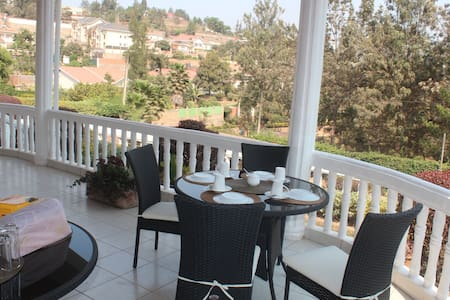 Enat House: Home away from Home. - Kigali - Bed & Breakfast