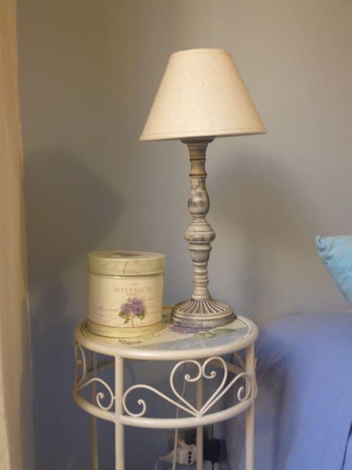 Comodino e lampada - camera da letto