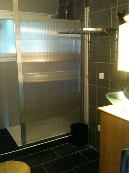 Salle de bain douche italienne, machine à laver