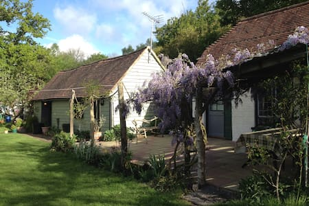Charming Deer Cottage - East Sussex - 통나무집