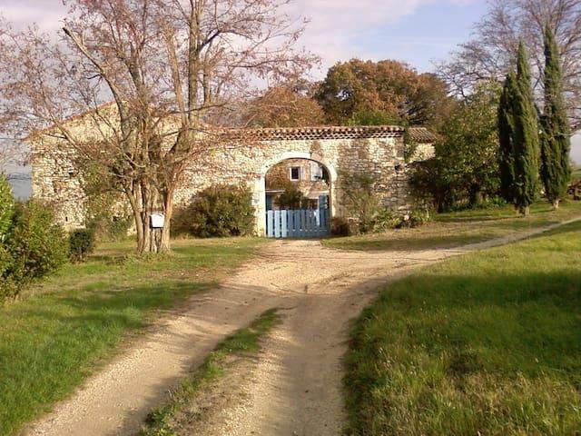 GITE AU CALME AVEC PISCINE - Saint-Gervais-sur-Roubion - Rumah