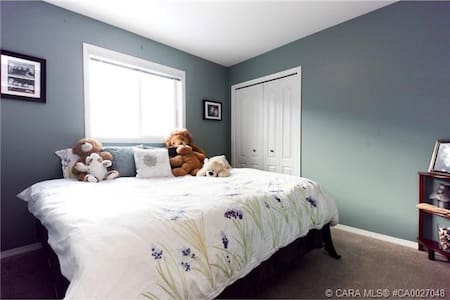 Cozy Bedroom in Inglewood. - Red Deer - Rumah