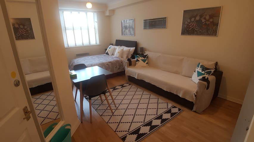 Modern quiet room in Tower Hill, parking available