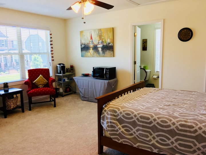 Apex - Cozy Guest Suite with Private Entrance