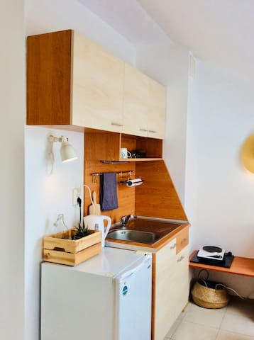 little kitchenette offers you the possibility to prepare a tea or coffee, there is a little cooker as well as a fridge for your fresh groceries.