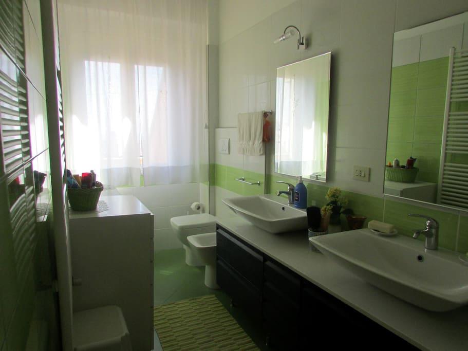 Nuovissimo bagno, 2 lavandini, doccia, lavatrice.