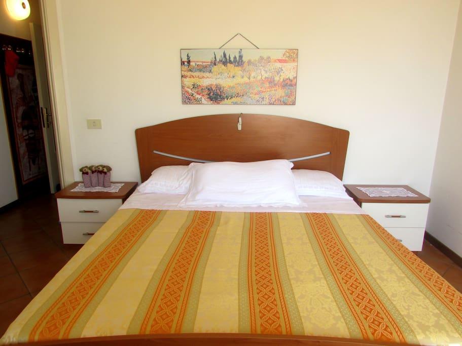 Camera matrimoniale. 1 letto matrimoniale, 1 armandio, 1 specchiera, 1 divano, balcone vista mare.