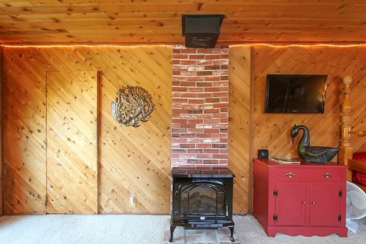 Cozy, simple electric fireplace. Lovely to look at, keeps the cottage nice and warm.