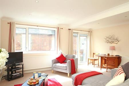 The Landing in Hythe Sleeps 7, A welcoming two-story seaside house, spacious for families and groups to enjoy. - Hythe - 独立屋
