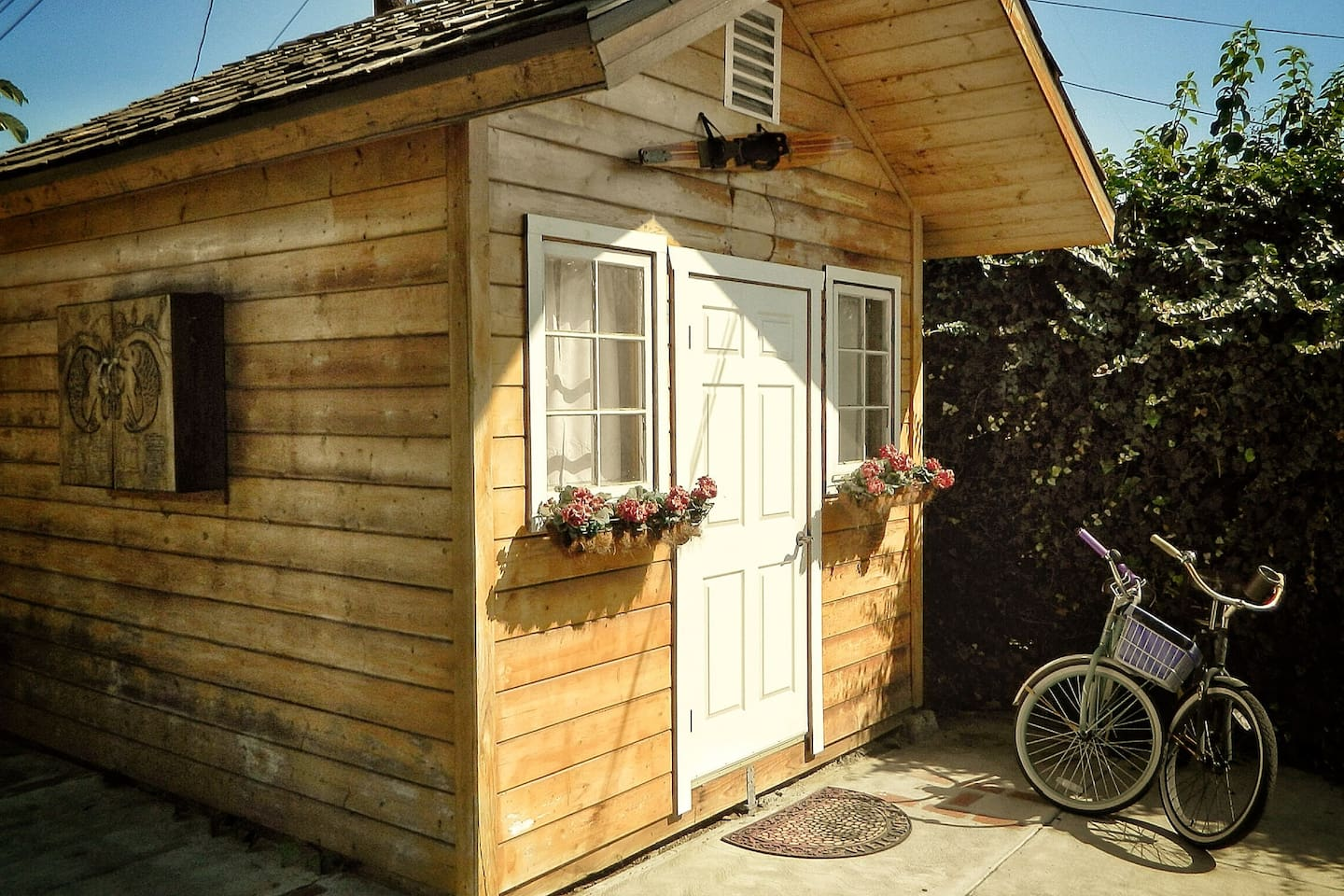 Cozy Cabin in Urban Los Angeles. Have a game of darts, enjoy breakfast on the patio, or just relax in the sunshine.