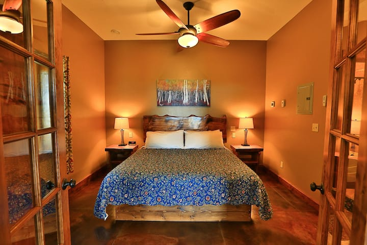 Fireweed · Gorgeous Suite, Private Hot Tub, Incredible View!