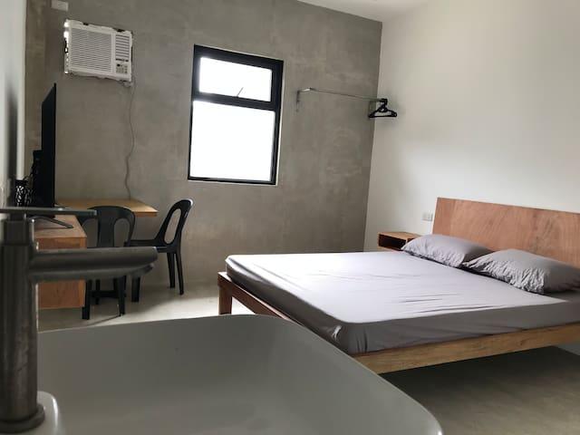 Queen Bed Suite 1 with fast wifi in Biñan