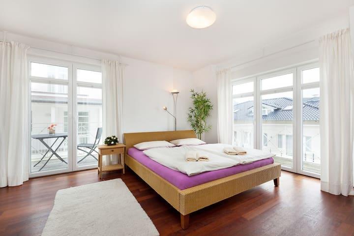 vom Schlafzimmer kommt man auf 2 Balkone