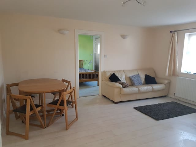 Spacious 2 Double bedroom flat (allocated parking)
