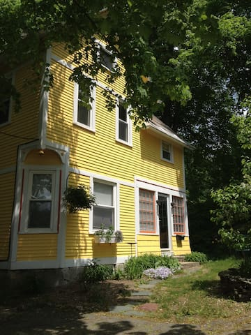 Charming Victorian 3 BD Cottage - North Adams - Huis