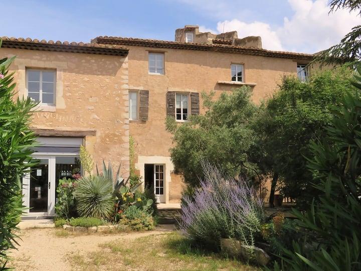 Le Mistral studio dans vieux mas provençal