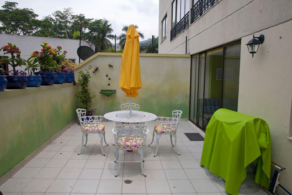 Amplia terraza con comedor-parasol. Asador.
