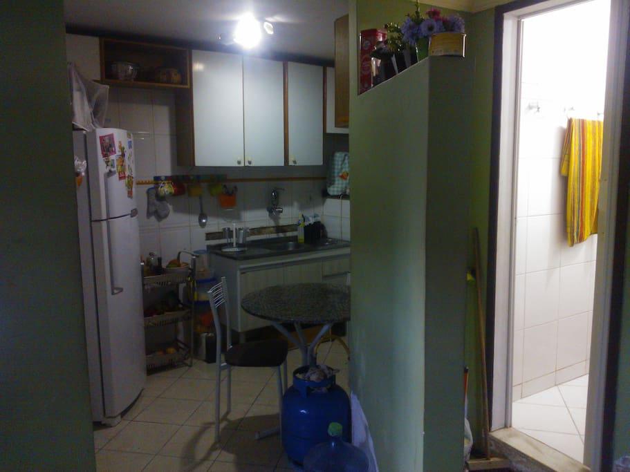 Cozinha completa: geladeira, fogão, dispensa, Maquina de Lavar, freezer e entrada do Banheiro social!