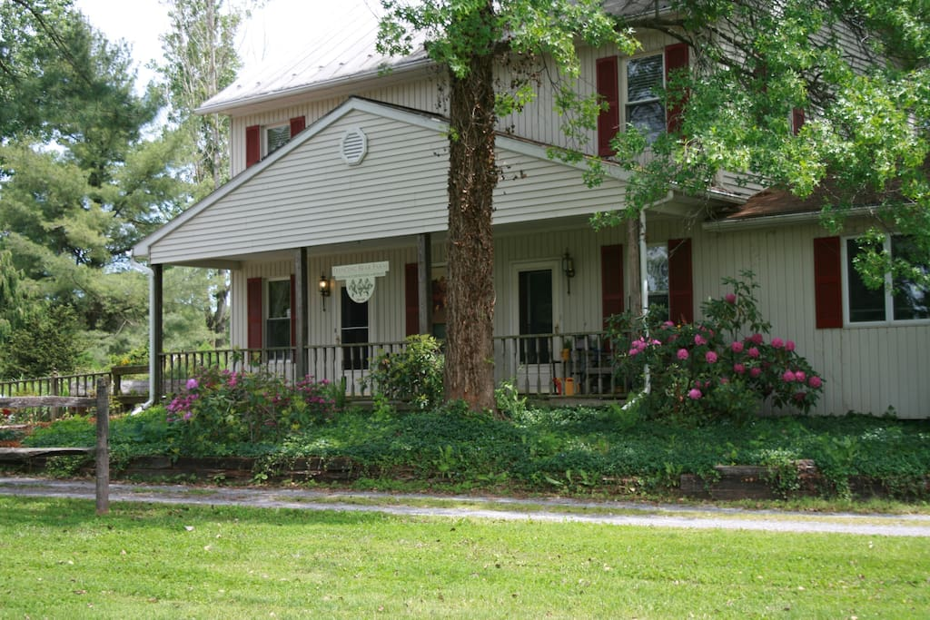Dancing Bear Farmhouse & Country Bear Apartment