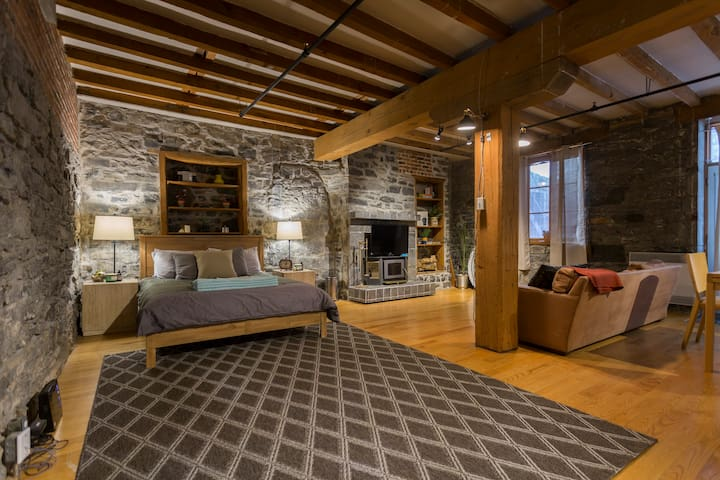 Old Montreal: The Historic Loft by Notre Dame - Montréal - Loft