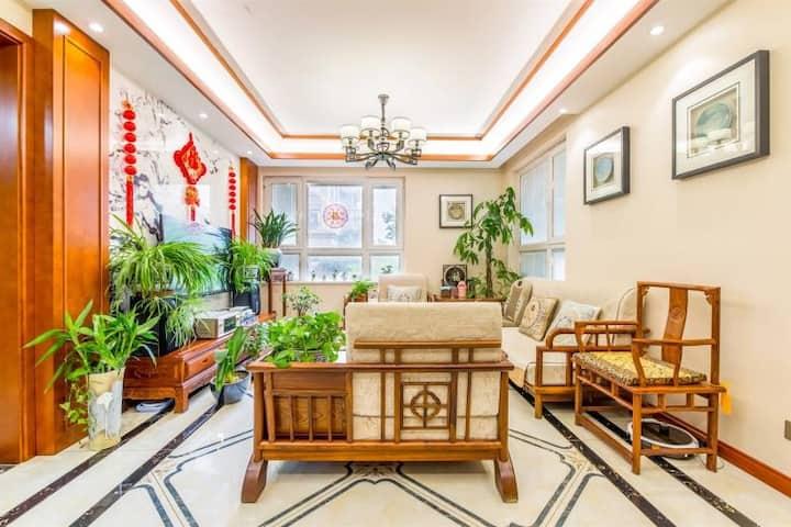 瘦西湖畔,百年老店旁,两室一厅公寓,出租主卧室一间,民宿恒温、恒氧,恒湿,居住舒适,新房特价特惠。